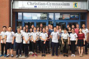 Schülerinnen und Schüler mit Lehrkräften der Jihua Middle School aus Chongqing und des CGH