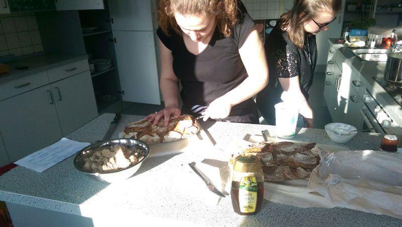 Erlinda bereitet das Brot vor