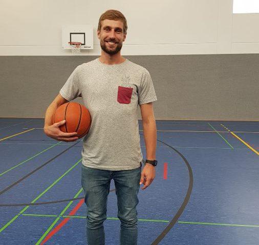 Herr Heinrich in der neuen Sporthalle