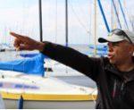 """Samir Lemjid zeigt die Segelboote von """"fun and wave""""."""